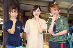 活躍を誓いポーズを決める女子3人衆、(左から)守屋美穂、平山智加、平高奈菜