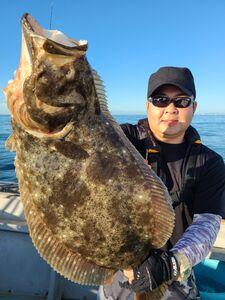 6・5キロの大型ヒラメを釣り上げた蛭田さん(第三隆栄丸提供)