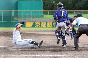京都先端科学大はスクイズで三塁走者の後藤がサヨナラのホームイン