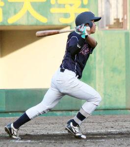 花園大・菅森が5回2死二塁、右中間に適時三塁打を放つ