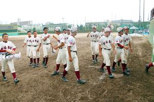 抽選勝ちで準々決勝進出を決め喜ぶ東大阪布施ナイン