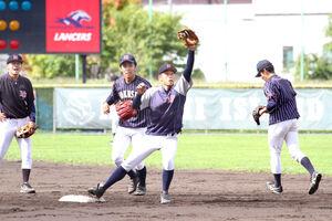 チームをけん引する沢田主将(左から3人目)
