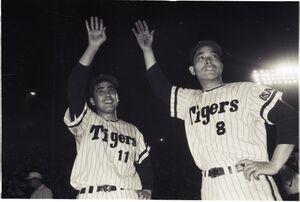 阪神の投打のヒーローだった村山実投手(左)と山内一弘外野手(1965年9月2日・甲子園球場での巨人戦)