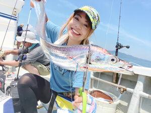 夏場のタチウオ釣りを満喫した、釣りガール・みくみく(右)