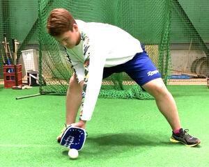 新作のトレーニンググラブで逆シングルの捕球練習をする石川昂(アシックス社提供)