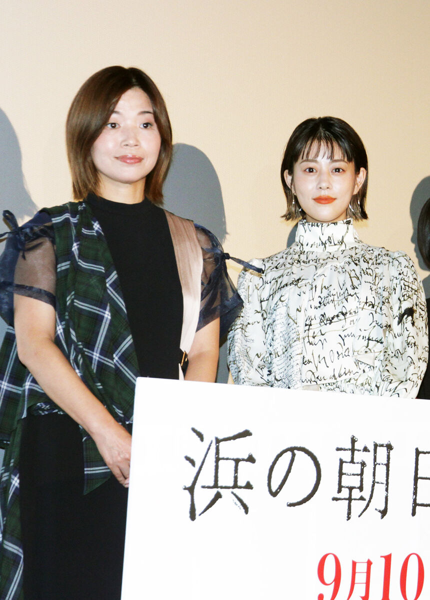 舞台あいさつに登壇した高畑充希(右)と大久保佳代子