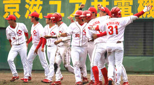 延長10回で3―2でサヨナラ勝ちし、喜ぶ日本生命の選手たち