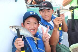 アジを釣って喜ぶ子どもたち(伝寿丸)