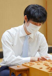 勝利した後、笑顔で感想戦に臨む藤井聡太二冠(日本将棋連盟提供)