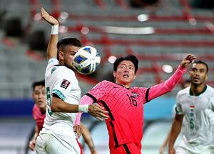 前半、競り合う韓国代表FW黄義助(ロイター)