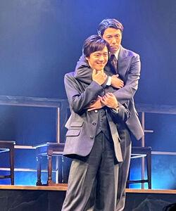 舞台で大学生役を演じる辰巳雄大(右)と林翔太