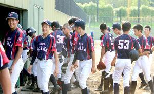 優勝を決めて笑顔を見せる北大阪ナイン
