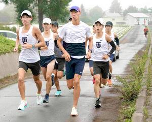 20キロ走を行う東洋大の選手たち