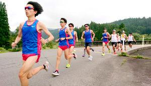 新潟と長野の県境で30キロ走に臨む創価大。三上主将(左端)が引っ張り、小野寺(左から3人目)らも意欲的に走り込んだ(後方は合同練習した専大)