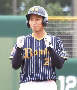勝ち越し打を放ち、塁上でガッツポーズする徳田