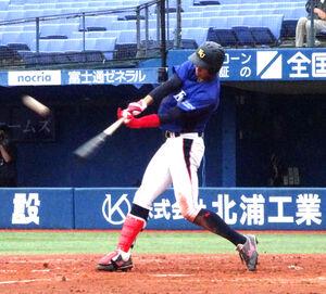 7回2死一塁で左中間に適時三塁打を放つ神奈川大・梶原