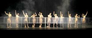 舞台「少年たち」の稽古で鍛え上げられた肉体美を披露するHiHi Jetsと美少年のメンバー