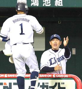 15年8月19日、4回2死三塁、逆転2ランを放った栗山(左)を迎える田辺監督