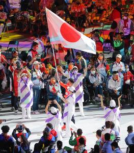 日本の旗手として入場した岩渕幸洋(カメラ・相川 和寛)