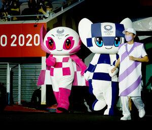 パラリンピック閉会式に登場した公式マスコットの「ソメイティ」(左)と「ミライトワ」(ロイター)