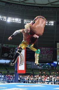 大技の雪崩式ターボ・バックパックで高橋ヒロムを叩きつけたロビー・イーグルス(新日本プロレス提供)