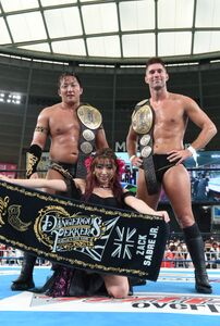 IWGPタッグ王座初防衛を果たし、笑顔の(左から)タイチ、ディーバのあべみほ、ザック・セイバーJr.(新日本プロレス提供)
