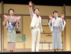 フォトセッションに応じる(左から)高橋ひとみ、桐山照史、松島聡