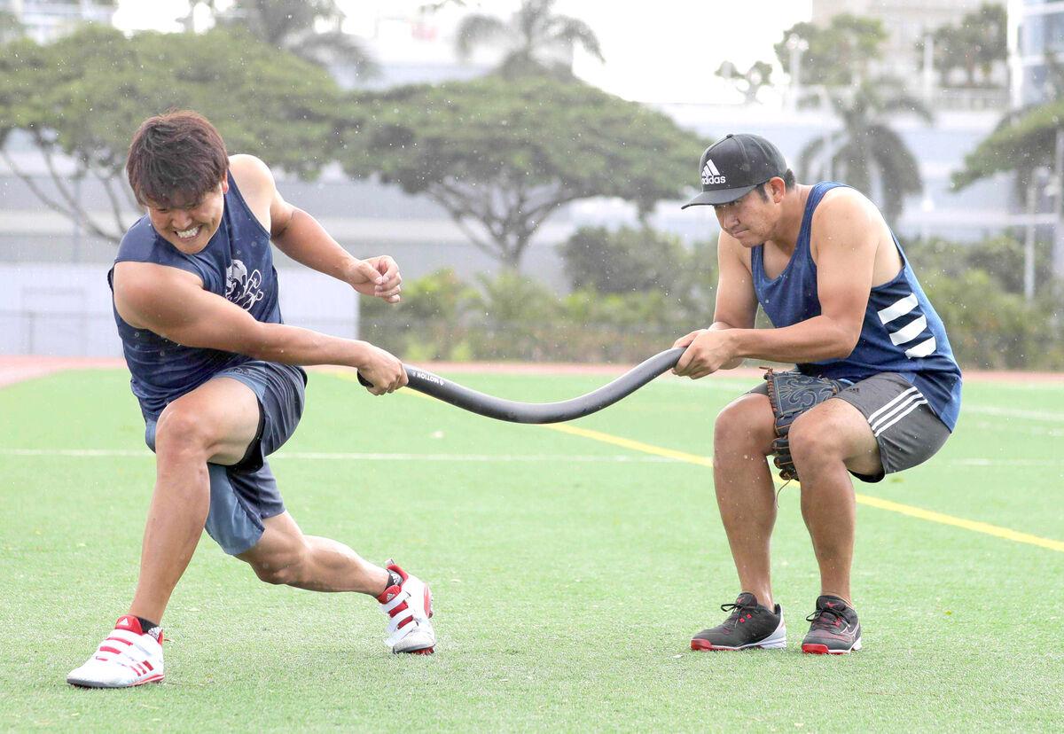 ハワイ自主トレで宮国椋丞(左)の練習を手伝う菅野智之