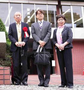 羽生善治九段(中央)が駆けつけ、大山康晴賞を受賞した八木下征男さん(左)と妻・ひろ子さんを祝福した
