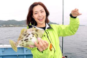 20センチオーバーの良型カワハギを釣り上げ笑顔のみらいちゃん(早川丸で)