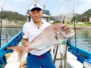 西川名沖で上がった7・5キロの大型マダイ(竜一丸提供)