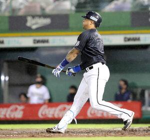 8回1死一、二塁、マーティンは勝ち越しとなる右中間3ラン本塁打を放つ(カメラ・義村 治子)