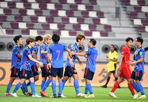 前半40分、先制ゴールを決めた大迫(中央)に駆け寄り喜んだ日本代表イレブン(C)JFA
