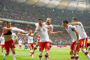 同点に追いつき喜ぶポーランドの選手たち(ロイター)