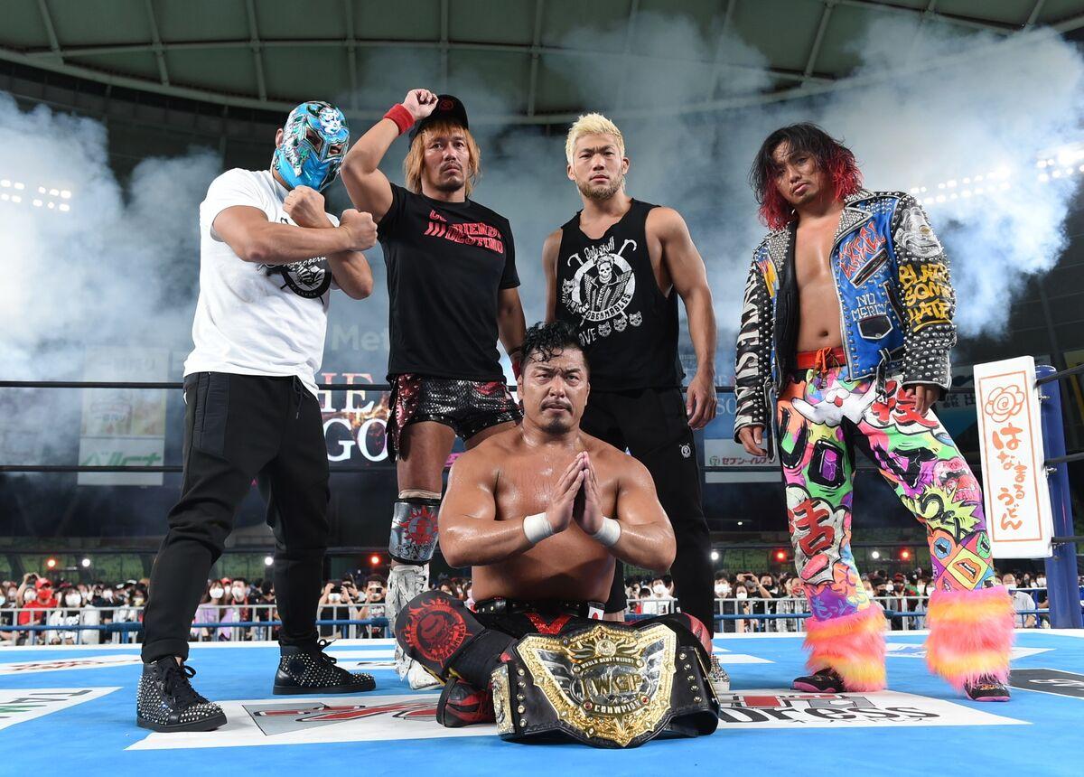 IWGP世界ヘビー級王座を防衛し、LIJの仲間の(左から)BUSHI、内藤哲也、SANADA、高橋ヒロムに祝福された鷹木信悟(新日本プロレス提供)