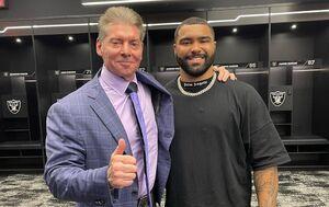 ビンス・マクマホン会長(左)とゲイブル・スティーブンソン(C)2021 WWE, Inc. All Rights Reserved.