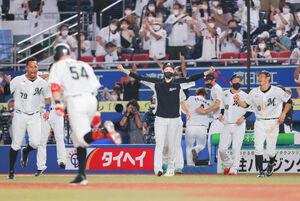 9回2死、レアード(54)のサヨナラ本塁打に手を広げて喜ぶ佐々木朗希