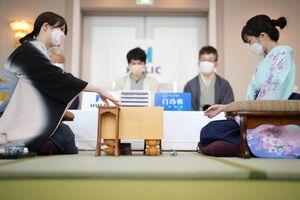 駒を並べる西山朋佳女流三冠(左)と渡部愛女流三段