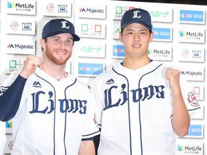 5回1失点で3勝目の渡辺勇太朗(左はスパンジェンバーグ)