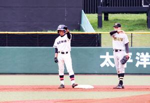 7回表、3点目となる左越え適時二塁打を放った釧路江南の荻原は、二塁上で左手を上げる(左)