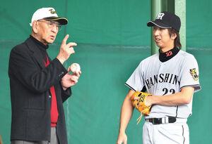 """""""フォークボールの神様""""と呼ばれた杉下茂氏(左)は元阪神監督としてキャンプを訪れ藤川球児らにアドバイスを送った(2008年2月7日、宜野座)"""