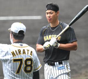 阪神・平田勝男2軍監督(左)と佐藤輝明(12日)