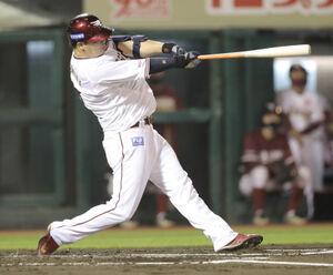 1回2死、先制の右越え12号ソロ本塁打を放つ浅村栄斗