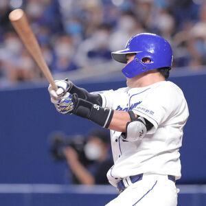 2回2死一塁、木下拓哉は先制となる中越え適時二塁打を放つ