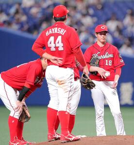 5回1死二塁、大島洋平に追加点となる中前適時打を打たれた森下暢仁(中央)