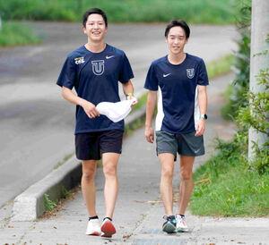 練習を終えて笑顔を見せる(左から)東洋大の宮下、松山