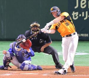 8回1死三塁、代打・ハイネマンが中前適時打を放つ(捕手・山本祐大)