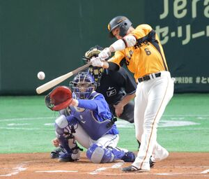 1回1死一塁、坂本勇人は中前安打を放つ(カメラ・堺 恒志)