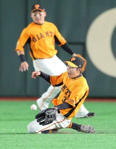 2回2死、牧秀悟の右飛の打球を好捕する松原聖弥(後方は丸佳浩)(カメラ・中島 傑)