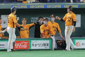 4回1死二、三塁、中島宏之の遊ゴロの間に三塁走者・岡本和真が生還し先制(カメラ・堺 恒志)